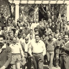 Camp d'internement de Lodi, 1er mai 1957. Rassemblement des détenus à l'occasion du 1er mai. Au premier plan à gauche, Jean-Pierre Saïd.