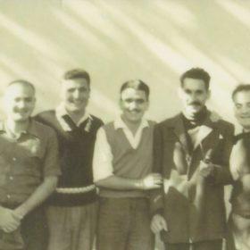 Camp d'internement de Lodi, vers 1958. De gauche à droite: Gabriel Timsit, Lucien Delaye, Jean-Claude Raynaud, Jean-Pierre Saïd et Jean Ruiz.