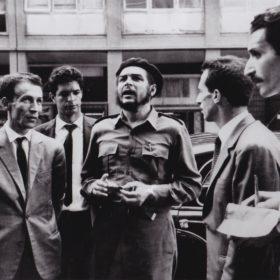 Alger, 1963. Visite d'Ernesto Che Guevara. À droite, Jean-Pierre Saïd prend des notes pour Alger Républicain