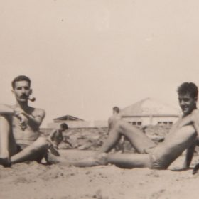 Pierre Ghenassia (1939-1957). En bas: sur la plage de Ténès à l'été 1956 avec son cousin Jean-Pierre Saïd, quelques semaines avant de monter dans un maquis de l'ALN où il mourra en février 1957