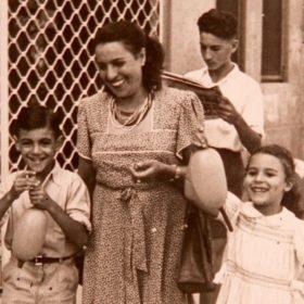 Alger, 1947. Mireille Saïd, sage-femme qui sera expulsée d'Algérie en 1957, entourée de sa fille Josette, qui sera arrêtée par l'armée française en 1957, et de son neveu Pierre Ghenassia, qui mourra dans un maquis de l'ALN dix ans plus tard. À l'arrière-plan, son fils Jean-Pierre, qui sera détenu au camp de Lodi de 1956 à 1960.